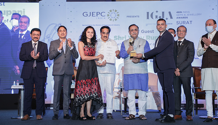 Smt Mansi and Varun Lakhani receiving the award for Best Digital Initiative 1