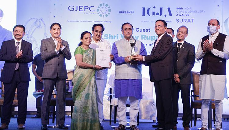 Smt Varshaben and Shri Babubhai Lakhani receiving award for Highest Taxpayer Company2